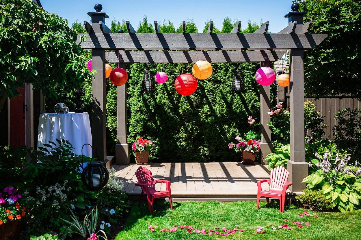 Colorful backyard wedding in Victoria BC